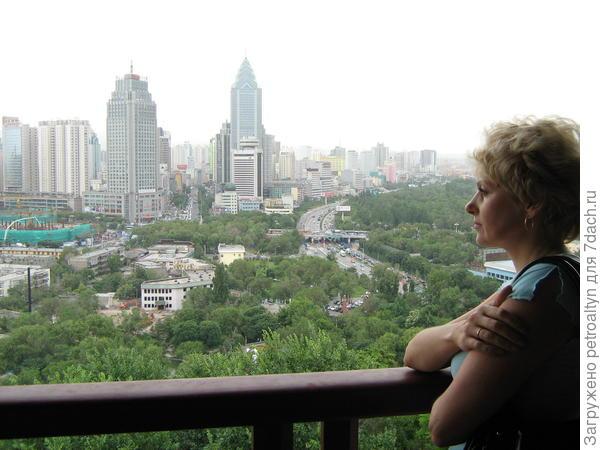 открывается панорамный вид на город