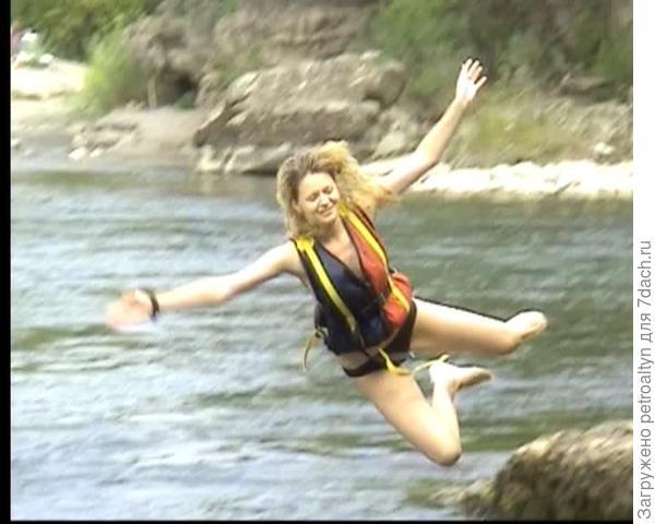 девушка отважилась в ледяную воду ради эффектного фото