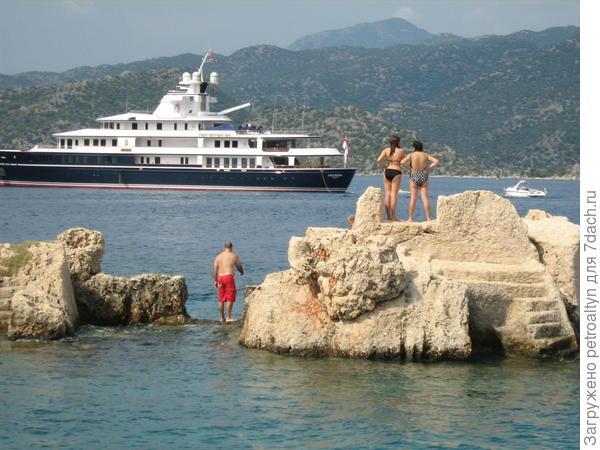 туристы бороздят морские просторы