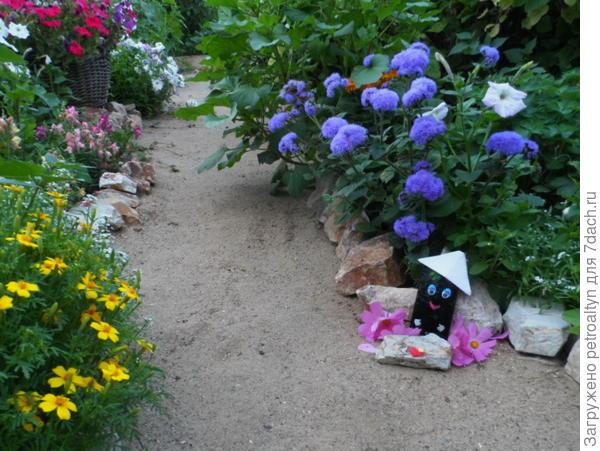 Мой маленький мобильный верный друг, цветы сфотографировал вокруг, под клумбою присел он отдохнуть, и скоро снова - в  путь...
