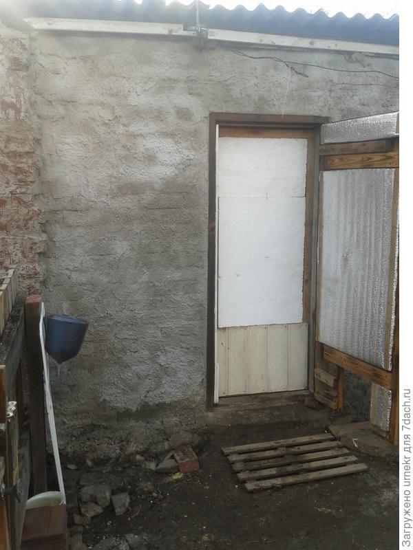 дверь двойная,слегка утеплена