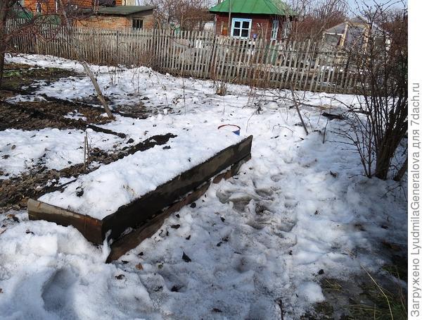 Набросала тающего снега в парник