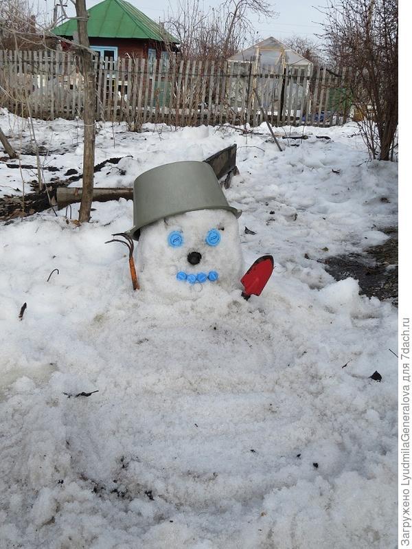 """И только потом вспомнила, что надо бы снеговичка слепить. Но с непривычки подустала и катать колобки спина """"не захотела"""""""