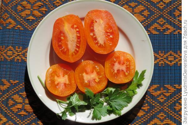 Плоды томата Елисей в разрезе.