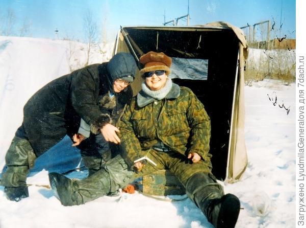 А любительницы подлёдного лова  фотографируются на память.