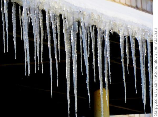 Приход весны ознаменовался и капелью. Но едва солнышко зашло, как Зима и сосульки подморозила и снежком припорошила