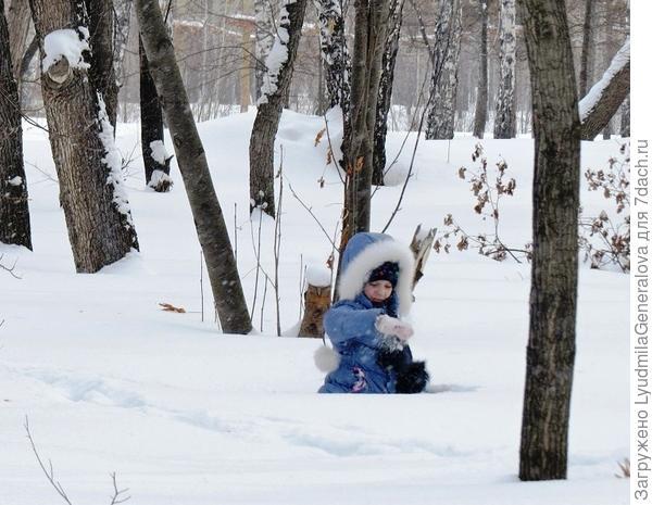 Ребятишки тоже понимают, что снег скоро растает. И хоть ждут не дождутся тепла, рады побарахтаться в снегу.