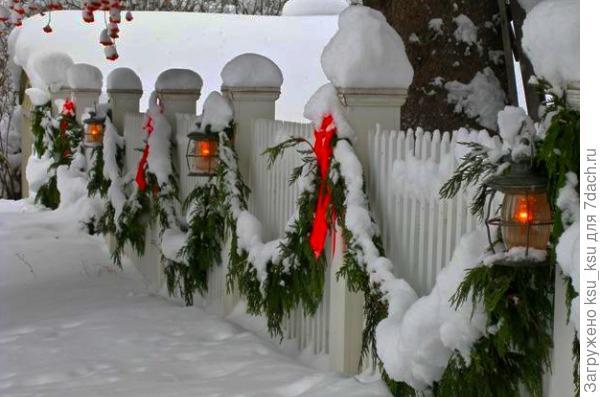 Уличная гирлянда из еловых веток и фонариков. Фото с сайта http://cottage.mondie.ru