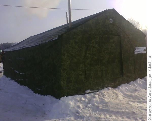 Рядом установлена палатка и у костра