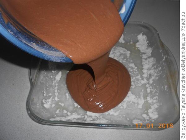 Вылеваем часть тесто в смазанную растительным маслом и посыпанную мукой форму