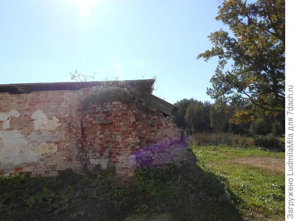Разрушенная стена, построек начала хх века.
