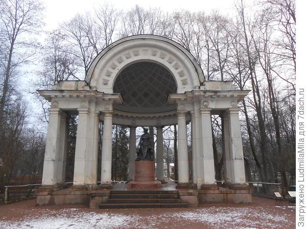 Памятник императрице Марии Федоровне.