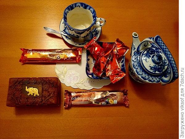 А так я чай пью, когда дома одна: посуда - любимая гжель, чай из Китая, марципаны и конфеты из Австрии, вода наша! Конечно, - это не чай с марципанами, а марципаны с чаем, а иногда так захочется и с хлебушком, и с пирожком, и с сухариком, но это уже другая история, а хороший чай как и кофе я пью, а не ем