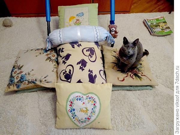 конечно, подушек много не бывает, как говорят в нашем Семидачье, некоторые зимуют на даче, подвешенные за ушко на чердаке, подальше от мышей