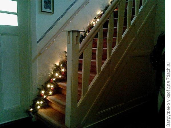 лестница, ведущая в спальню и гостевые комнаты