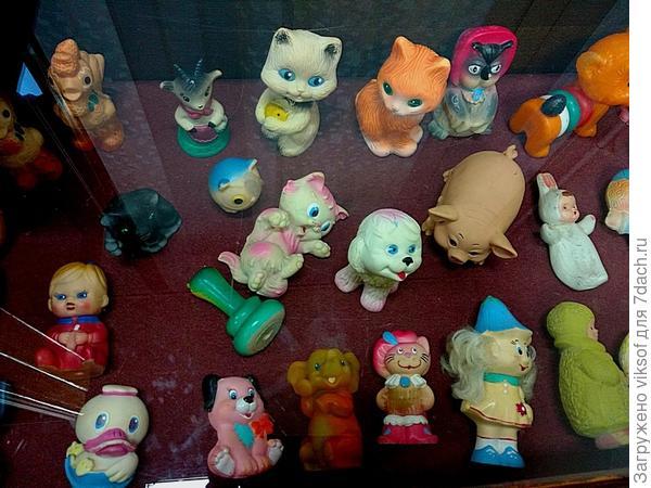 это знаменитые резиновые игрушки, они тоже с выставки, находились в стеклянной витрине, поэтому фото не очень...