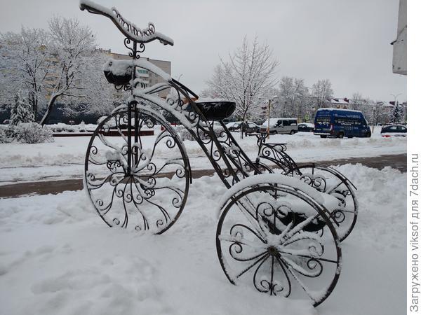Обожаю в декоре велосипеды, вот этот стоит у нас во дворе, летом с  петуниями