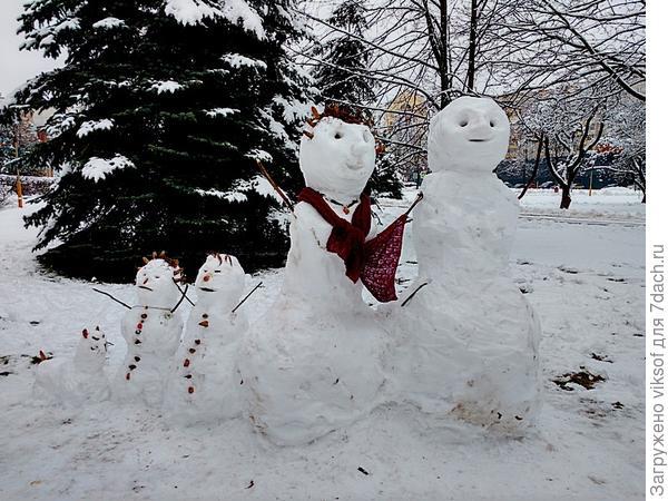 скульптурная группа: папа,мама, я, сестра и собачка наша, жаль нет солнышка!