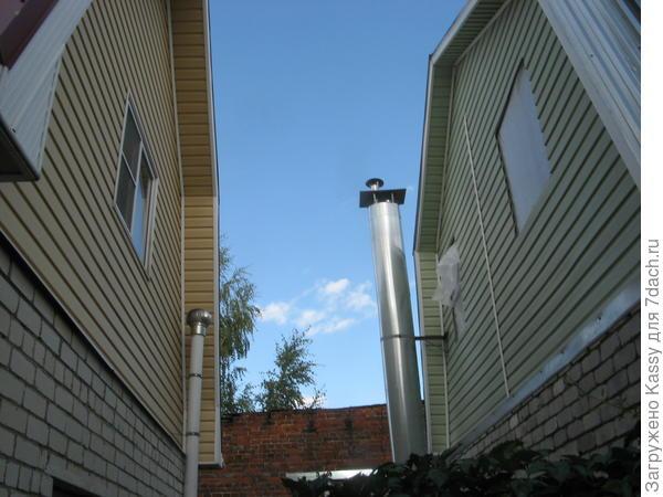 Справа - соседский дом.