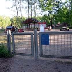 Такой же забор, такая же калитка. Табличка с информацией о работе площадки