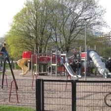 Типичное ограждение детской площадки с калиткой с детским замком
