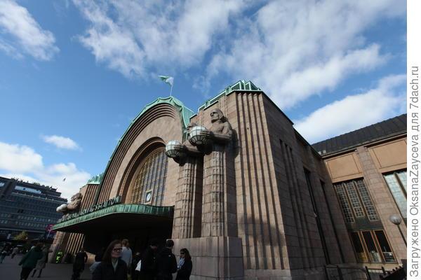 Суровые дядьки на центральном входе на вокзал