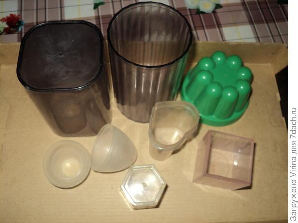 Формочки - это офисные стаканы,  бывшие точилки, форма для яйца и песочная формочка