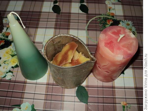 свечи и посуда для растопки сырья. Кусочки розовые были в форме сердечка, заливала в формы для льда, потом складывала в форму и заливала другим цветом. А в банке - должен быть желтый (!) парафин...
