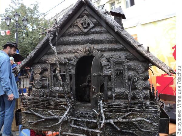Избушка на фестивале в 2016 году, в дверях видно Бабу Ягу