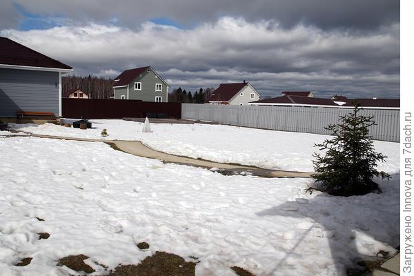 Около метра снега везде, кроме почищенных дорожек