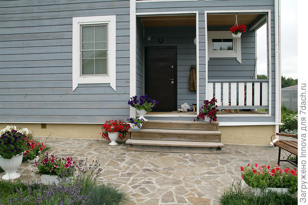 Комплиментуния Бургунди в общем оформлении входа в дом