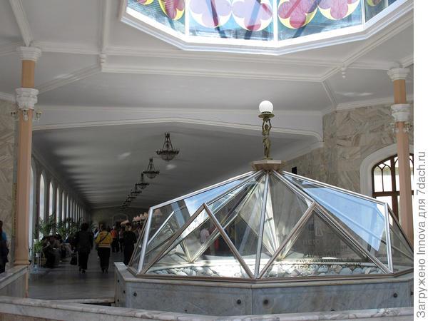 Под куполом Нарзанный источник. Изначально он был метрах в 10-20 в стороне, но потом землетрясение что ли его передвинуло