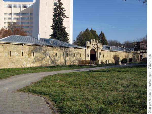 Кисловодская крепость с которой начались русские поселения в этих местах. Изначально казаки, их семьи и первые приезжие отдыхающие жили внутри крепостных стен. За стенами их не любили. И вполне закономерно. Казаки сдавали свои избы и окупали их в три раза за один сезон.