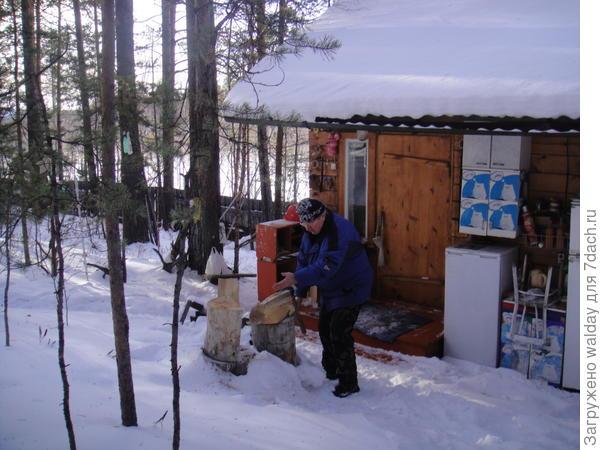 А топить, пока все на лыжах, приходится деду...