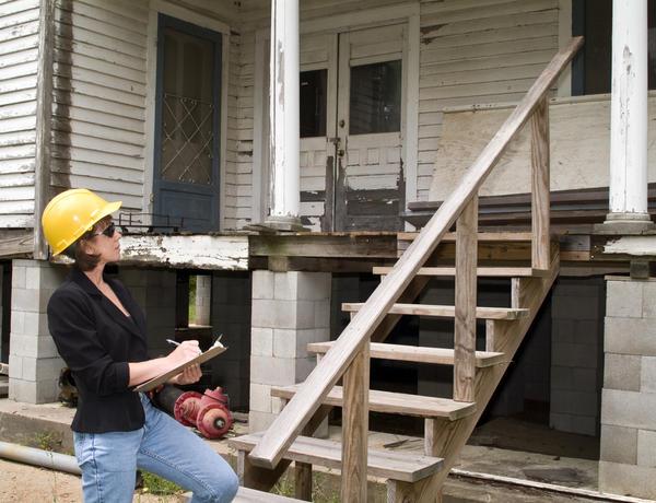 Пригласите специалиста, который поможет вам оценить состояние вашего дома