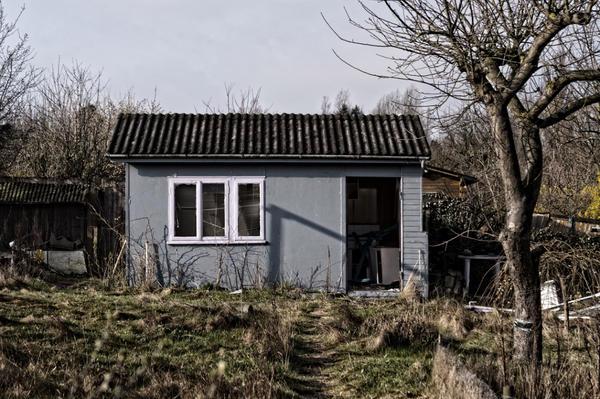 Если ваш участок предназначен для огородничества, вы можете позволить себе только маленький летний домик