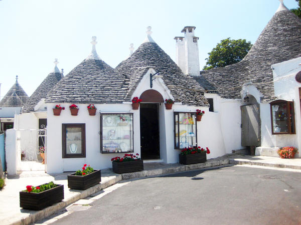 Труллы — традиционные жилища итальянской провинции Апулия. Сложены методом «сухой кладки» из известняка, в том числе и купол