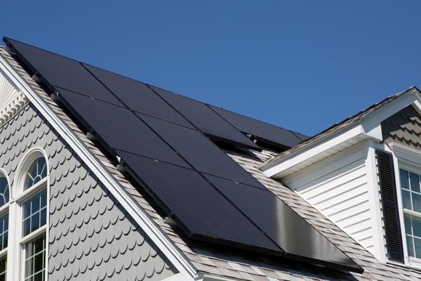 Дом с монокристаллическими солнечными батареями на крыше