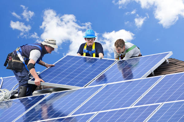 Монтаж панелей солнечных батарей