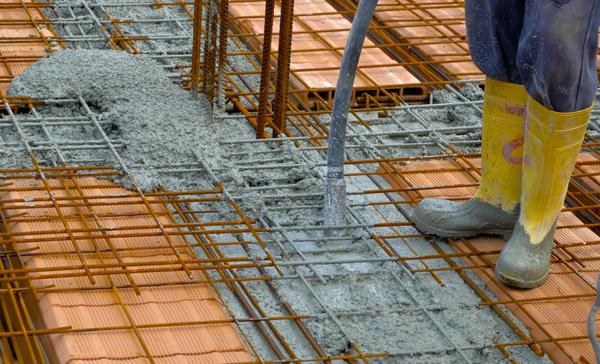 Уплотнение бетонной смеси с помощью глубинного вибратора