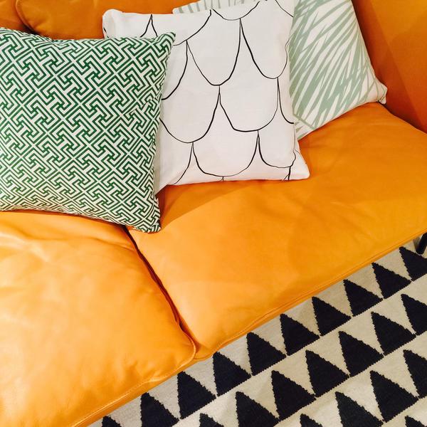 Диван с декоративными подушками