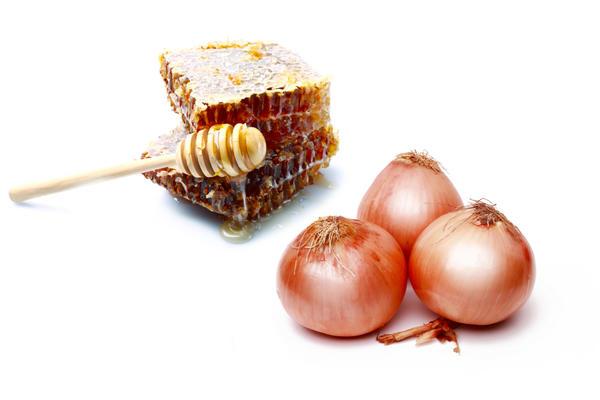 Лук с медом отбеливает веснушки