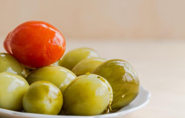 Из зеленых томатов получаются вкусные заготовки на зиму