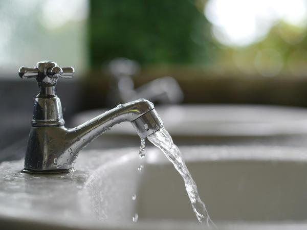 Место ожога надо промыть прохладной проточной водой