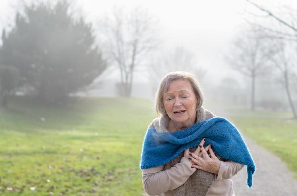 У пожилых людей даже незначительная нагрузка может спровоцировать приступ боли