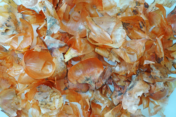 Луковую шелуху используют как удобрение