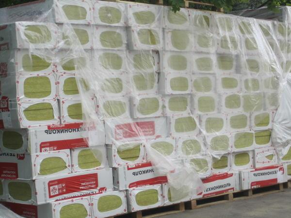 Упаковки теплоизоляции перед установкой на фасад здания