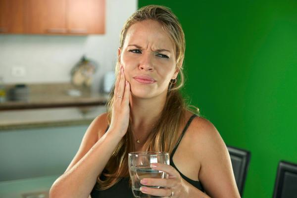 Боль при периодонтите может охватить большую часть лица