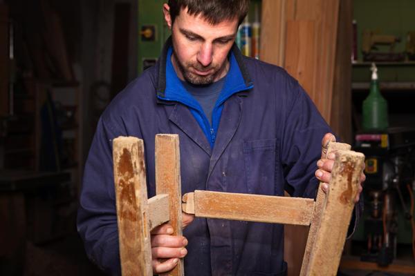 Старой мебели перед началом декорирования может потребоваться основательный ремонт