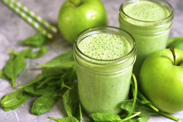 Молочный коктейль с яблоком и шпинатом - настоящий кладезь витаминов